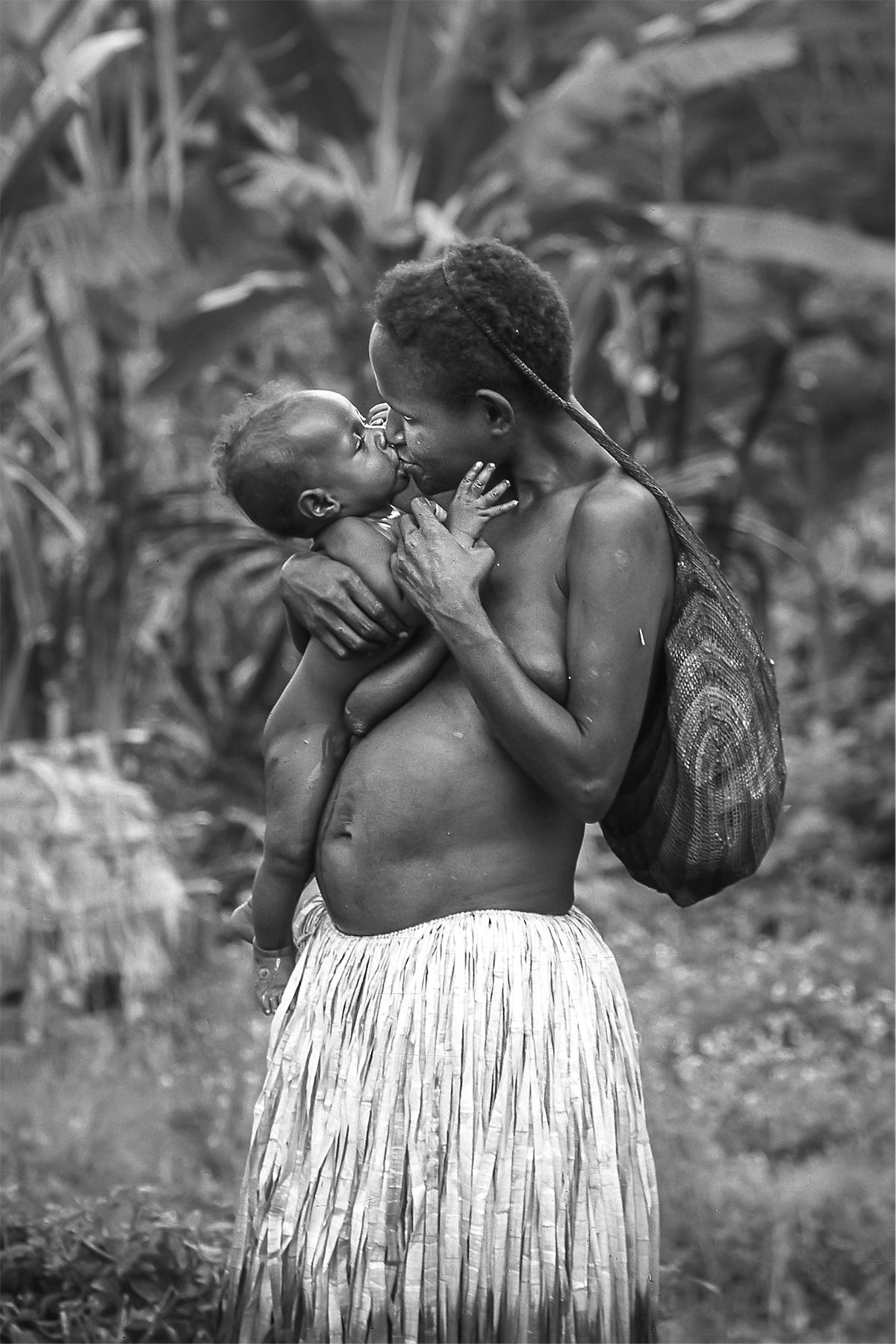 Mutterliebe / mother's love (Irian Jaya) b&w121