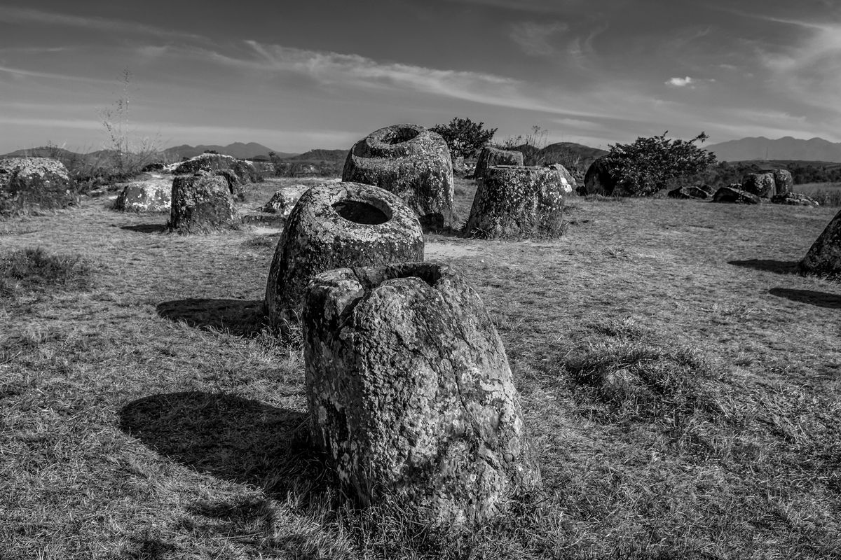 Ebene der Tonkrüge / plain of jars (north of Laos) b&w141